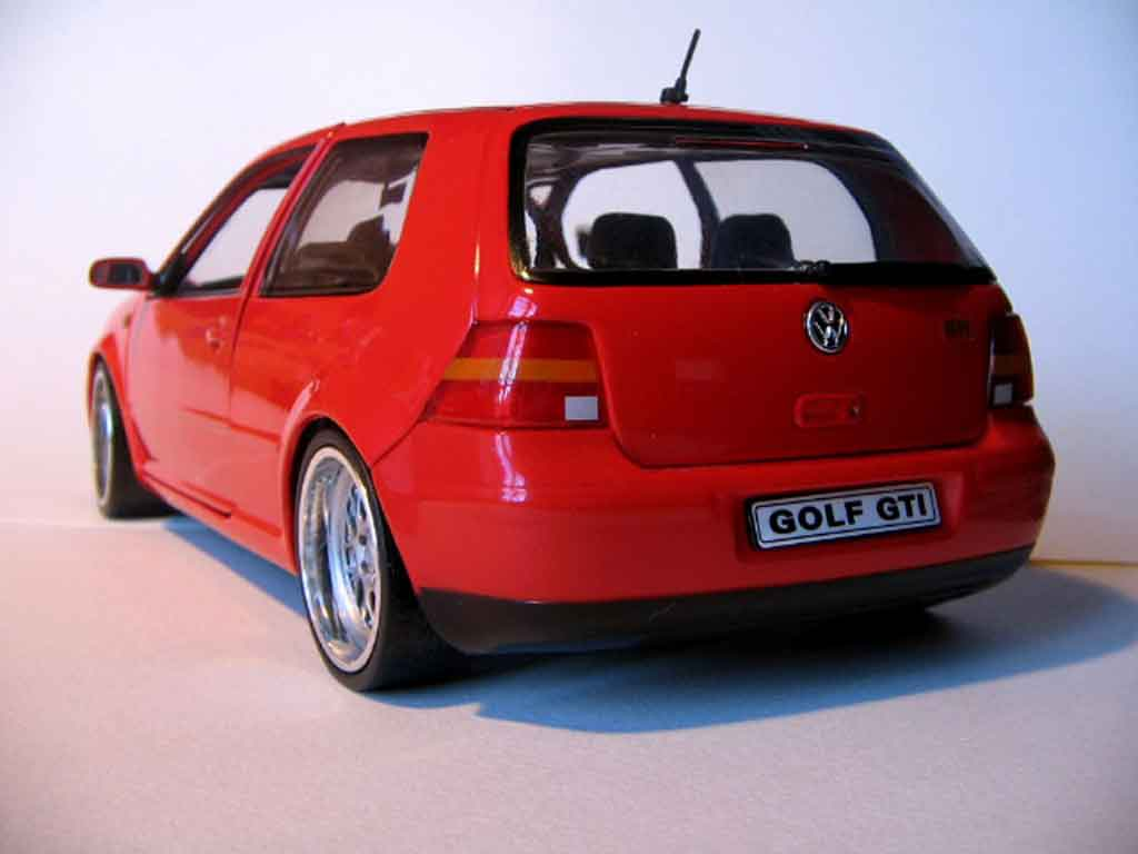Volkswagen Golf 4 GTI 1/18 Revell rouge jantes bords larges
