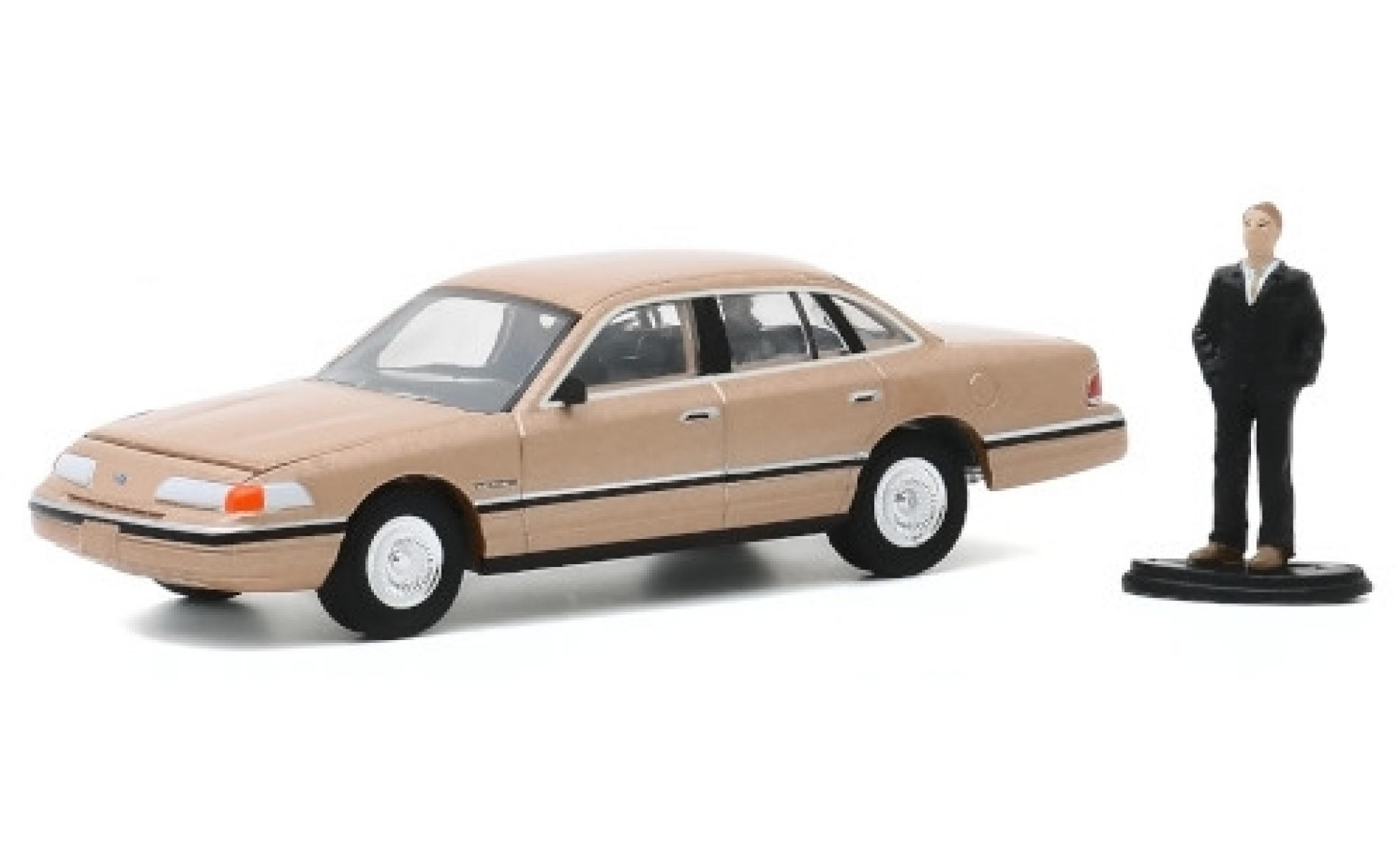 Ford Crown 1/64 Greenlight Victoria LX metallise beige 1992 avec figurine