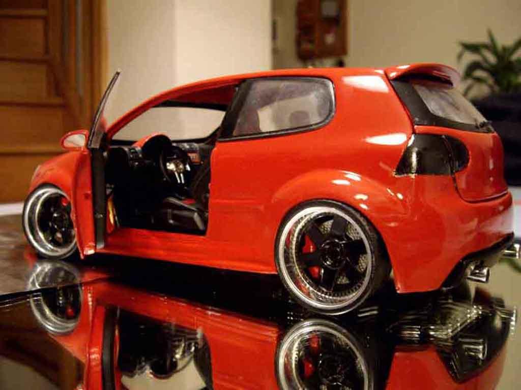 Volkswagen Golf V GTI zender rouge tuning Revell. Volkswagen Golf V GTI zender rouge miniature auto miniature 1/18