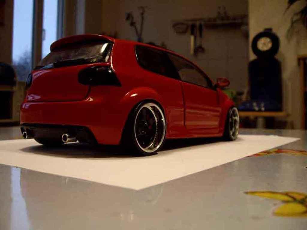 Modèle réduit Volkswagen Golf V GTI zender rouge tuning Revell. Volkswagen Golf V GTI zender rouge miniature 1/18
