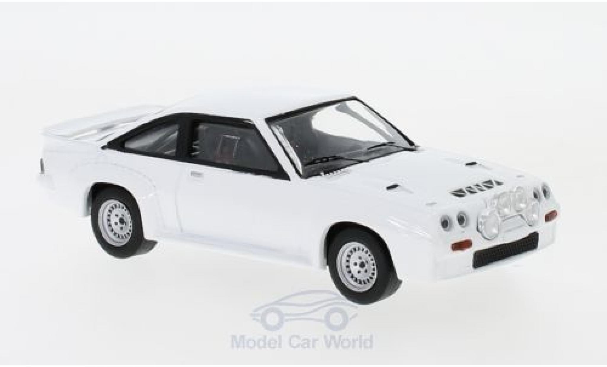 Opel Manta 1/43 IXO 400 blanche 1986 Plain Body Version inklusive 4 Ersatzräder