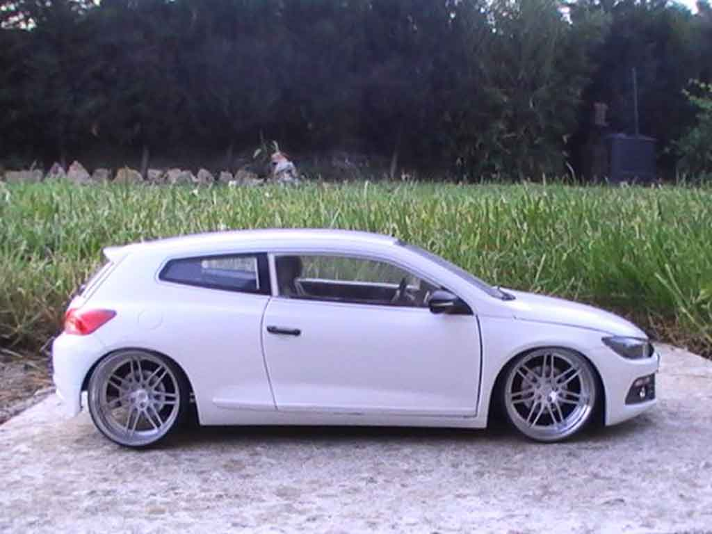 Modèle réduit Volkswagen Scirocco 3 r blanche jantes 19 pouces tuning Norev. Volkswagen Scirocco 3 r blanche jantes 19 pouces miniature 1/18