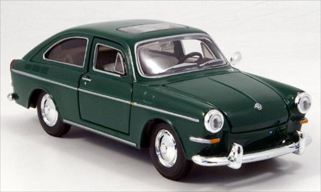 Volkswagen 1600 1/24 Maisto Fastback verte miniature