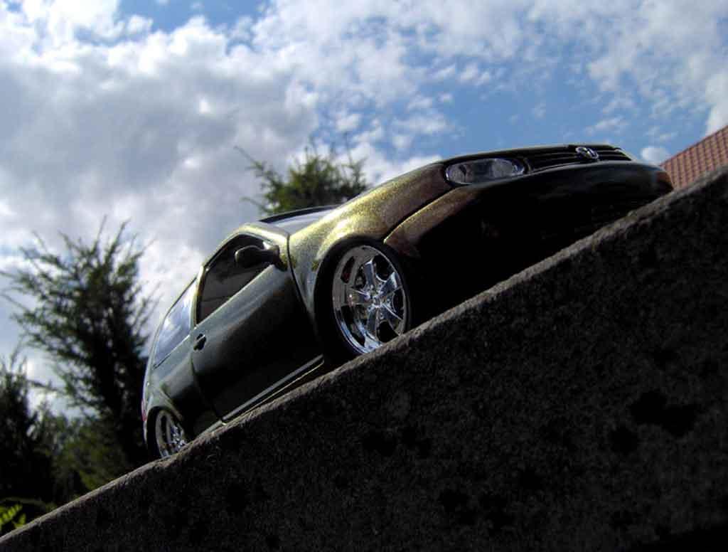Volkswagen Golf 4 GTI 1/18 Revell peinture cameleon