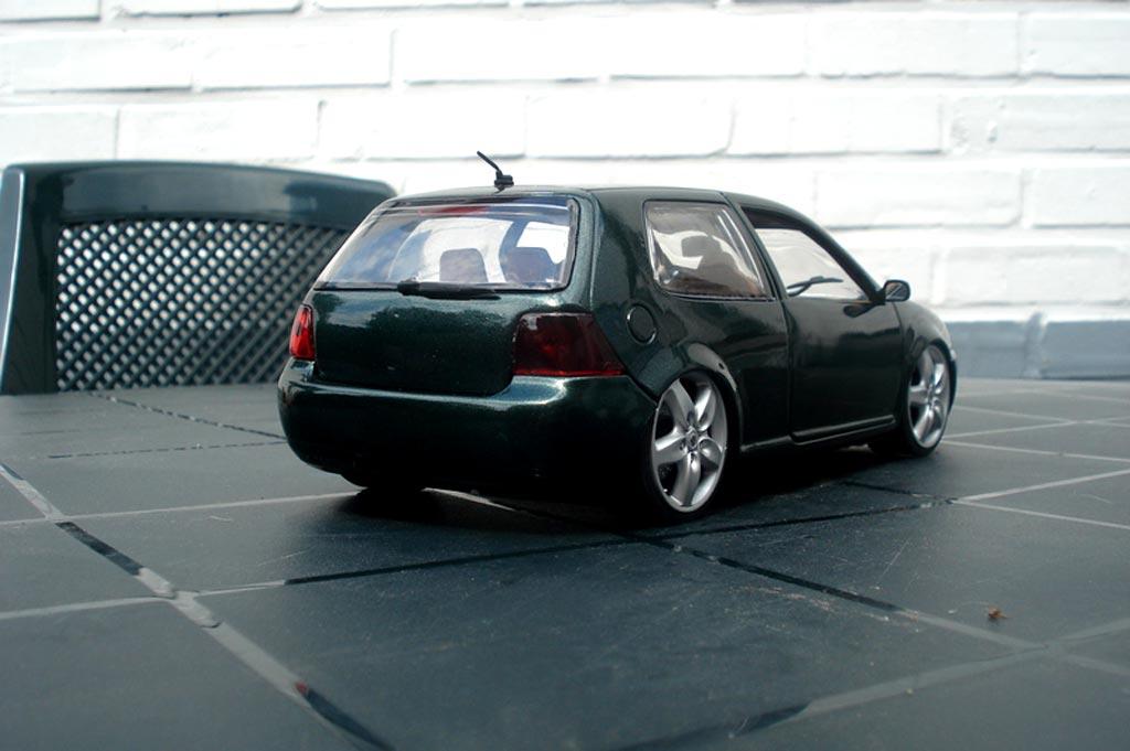 Volkswagen Golf 4 GTI 1/18 Revell grun jantes porsche et lissage carrosserie