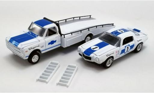 Chevrolet C-30 1/64 ACME Ramp Truck white/blue Chaparral 1967 avec 1970 Trans Am Camaro et Rampes de chargement diecast model cars
