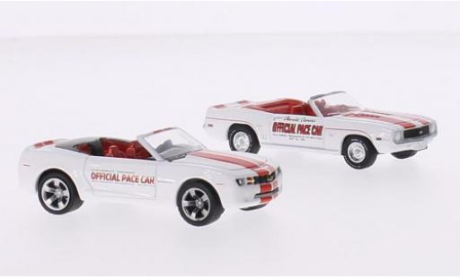 Chevrolet Camaro 1/64 Greenlight 2er-Set: Indianapolis 500 Pace Cars blanche/rouge 1969 Convertible & 2011 Convertible miniature