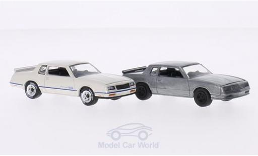 Chevrolet Monte Carlo 1/64 Greenlight SS 1984 2er-Set in PC-Box je 1x white/blue und 1x unlackiert FirstCut diecast model cars