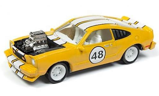 Ford Mustang 1/64 Johnny Lightning II Cobra metallise jaune/blanche The Spoilers 1976 tuning sans Vitrine miniature