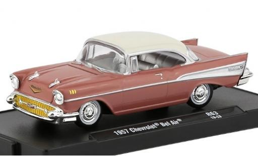 Chevrolet Bel Air 1/64 M2 Machines rose/blanche 1957 miniature
