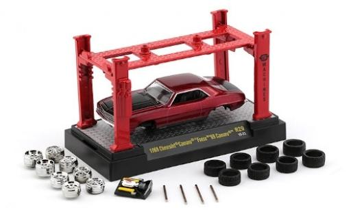 Chevrolet Camaro 1/64 M2 Machines metallise red/matt-black 1969 Foose 69 avec Hebebühne et 2 Radsätzen diecast model cars