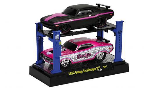 Dodge Challenger 1/64 M2 Machines R/T Tuning matt-noire/lila 1969 2er-Set: y compris les Hebebühne sur podium Capot avec fonction miniature