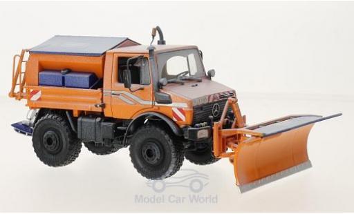 Mercedes Unimog 1/32 Schuco ProR U 1600 orange Winterdienst gealtert mit Räumschild und Salzstreuer miniature